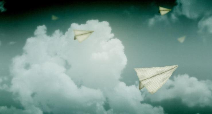 paper-planes-flying-in-the-sky_00438584.jpg